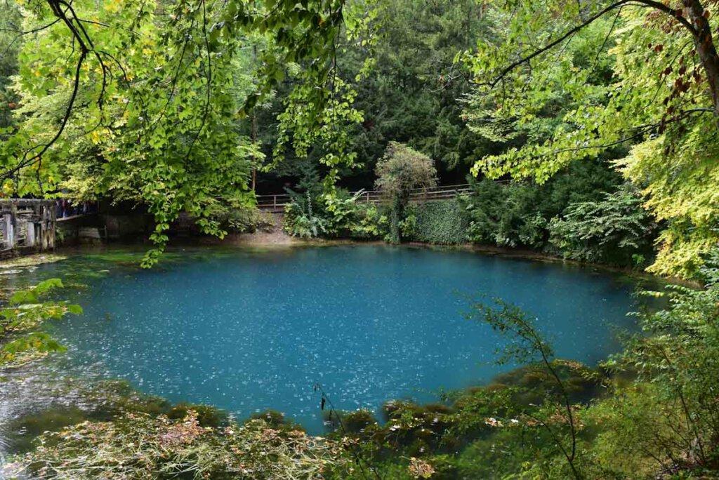 Magische Orte in Baden-Württemberg: Der Blautopf im Regen