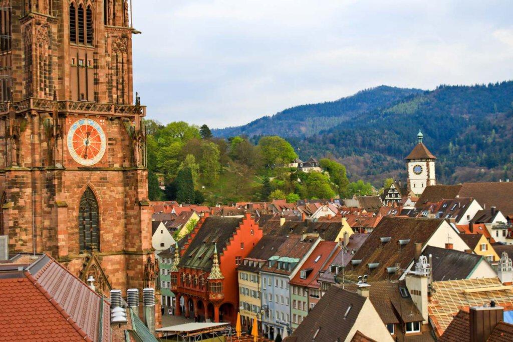 Blick auf Freiburgs Altstadt rund um das Münster - Bild: FWTM-Cozort
