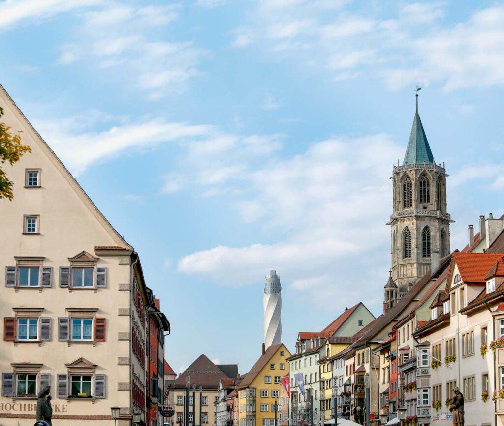 Rottweils Altstadt überragt vom thyssenkrupp Testturm - Bild: hakdesign