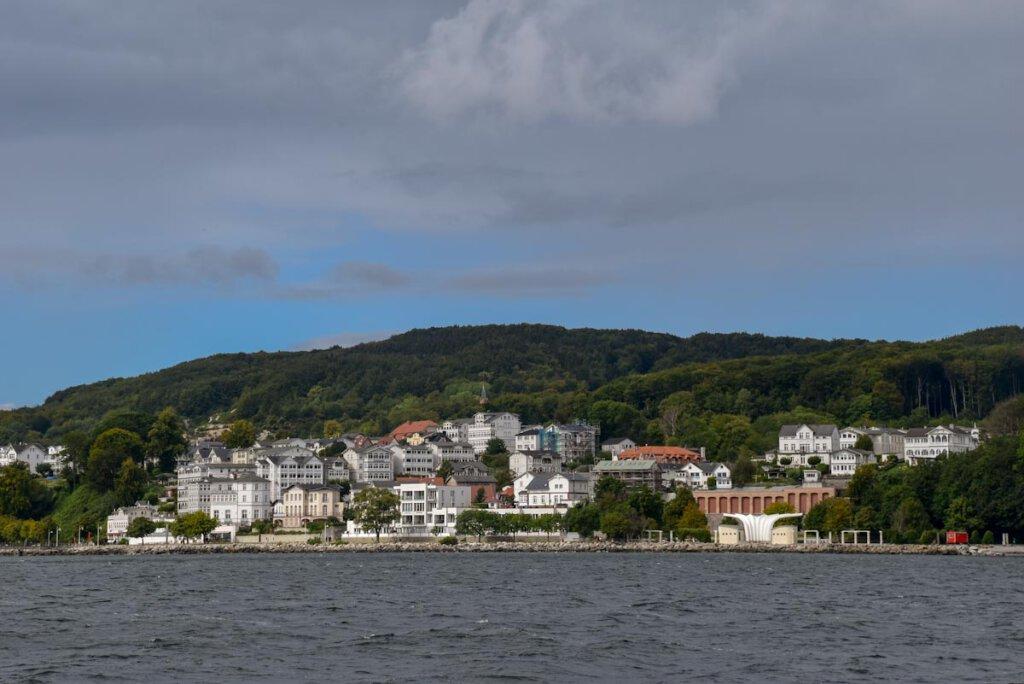 Rügens Seebad Sassnitz mit seiner weißen Bäderarchitektur
