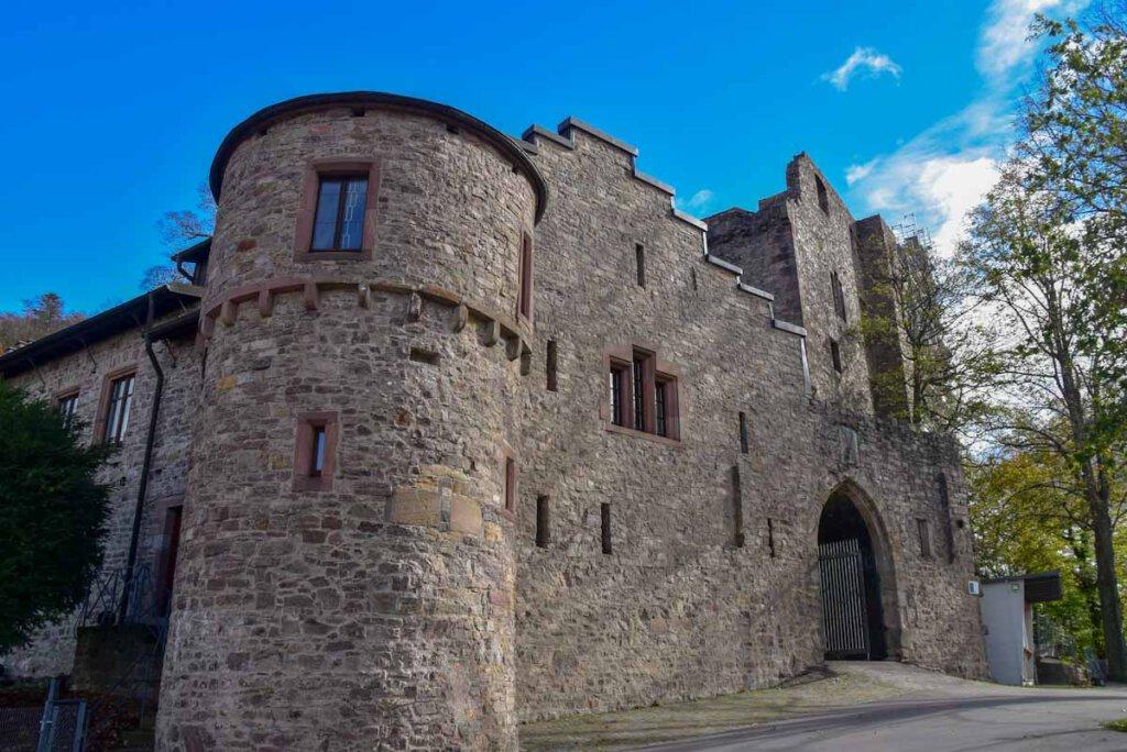 Kurzzeitig blauer Himmel über dem Alten Schloss Hohenbaden