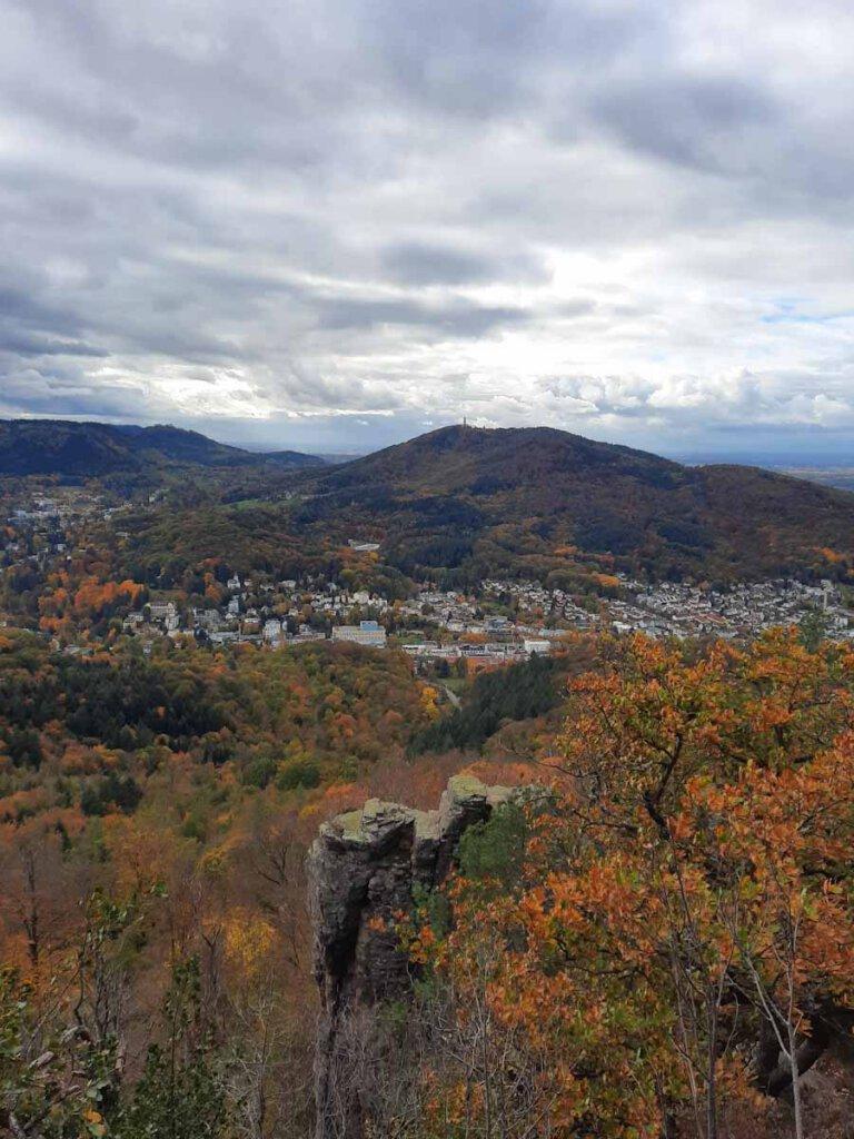 Dramatische Wolkenstimmung über dem herbstlich-bunten Schwarzwald