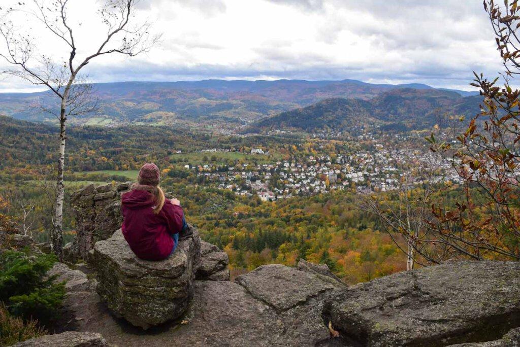 Atemberaubende Aussichten über die bunten Herbstwälder des Nordschwarzwalds