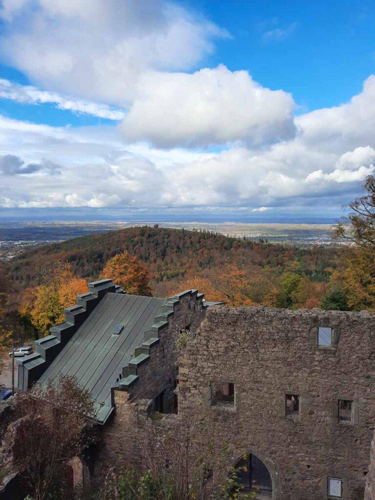 Aussicht vom Alten Schloss Hohenbaden bis in die Vogesen