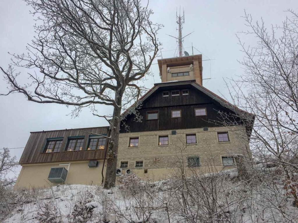 Beliebtes Ausflugsziel im Winter: Der Roßbergturm mit Wanderheim
