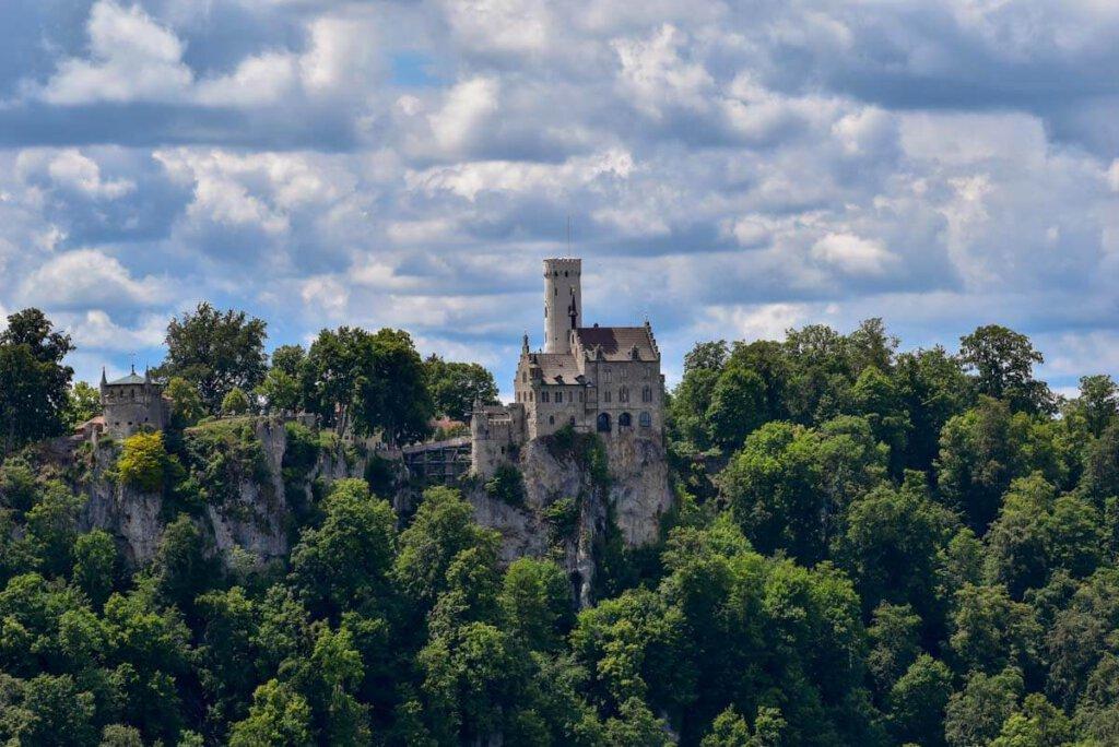 Märchenschloss: Der Lichtenstein thront auf den Felsen am Albtrauf