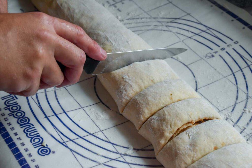 Die Teigrolle in 3 cm breite Stücke schneiden