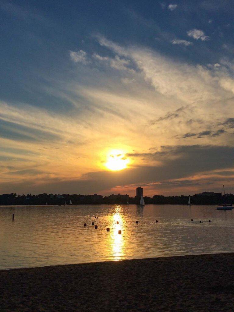 Abendstimmung am Badestrand des Lake Calhoun in Minneapolis, Minnesota