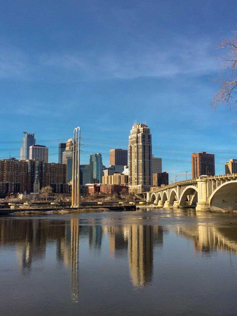 Blick von Saint Anthony Main auf Minneapolis Downtown und den Mississippi