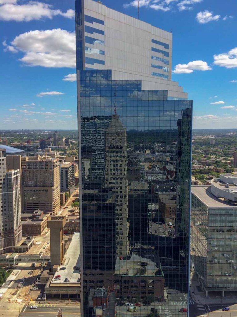 Minneapolis Sehenswürdigkeit: Der Foshay Tower spiegelt sich im modernen Wolkenkratzer