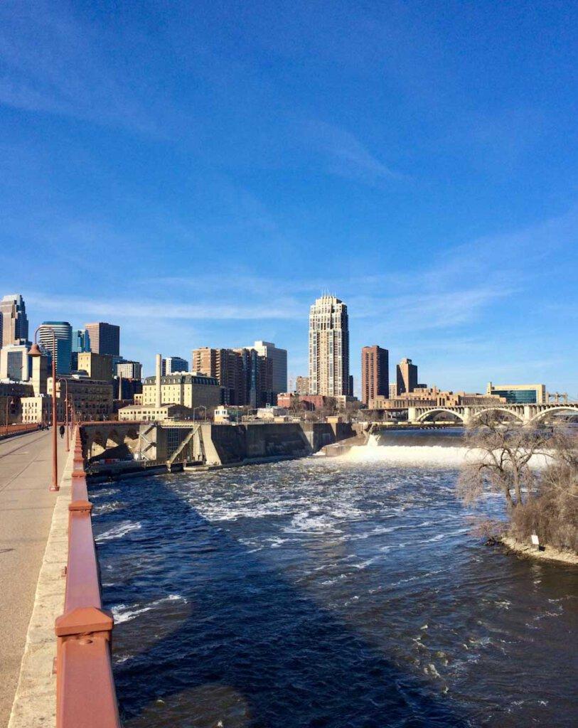 Blick von der Stone Arch Bridge in Minneapolis auf die Saint Anthony Falls des Mississippi