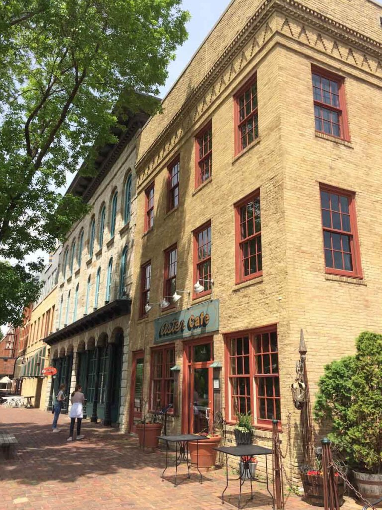 Historische Gebäude in Saint Anthony Main in Minneapolis, im Vordergrund das Aster Café
