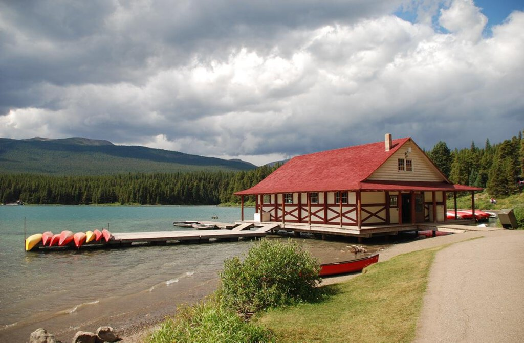Das fotogene Bootshaus am Maligne Lake im Jasper Nationalpark