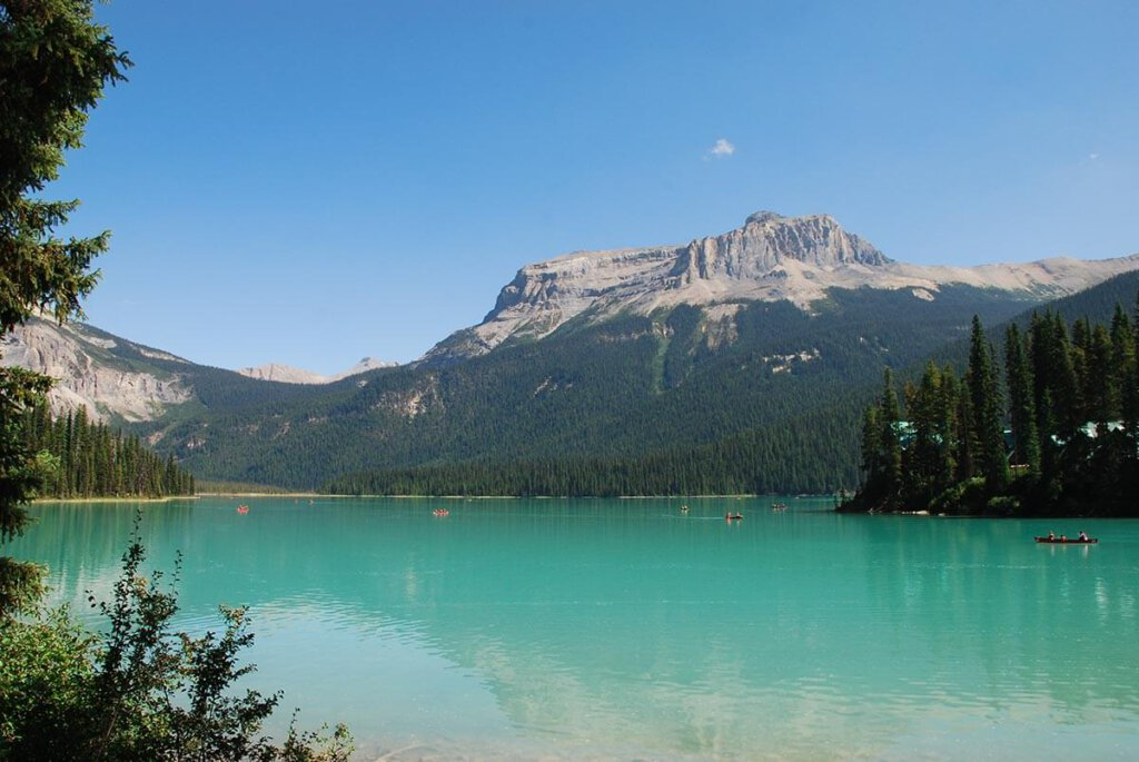 Highlight jeder Kanada Reise: der türkisblaue Emerald Lake im Yoho Nationalpark