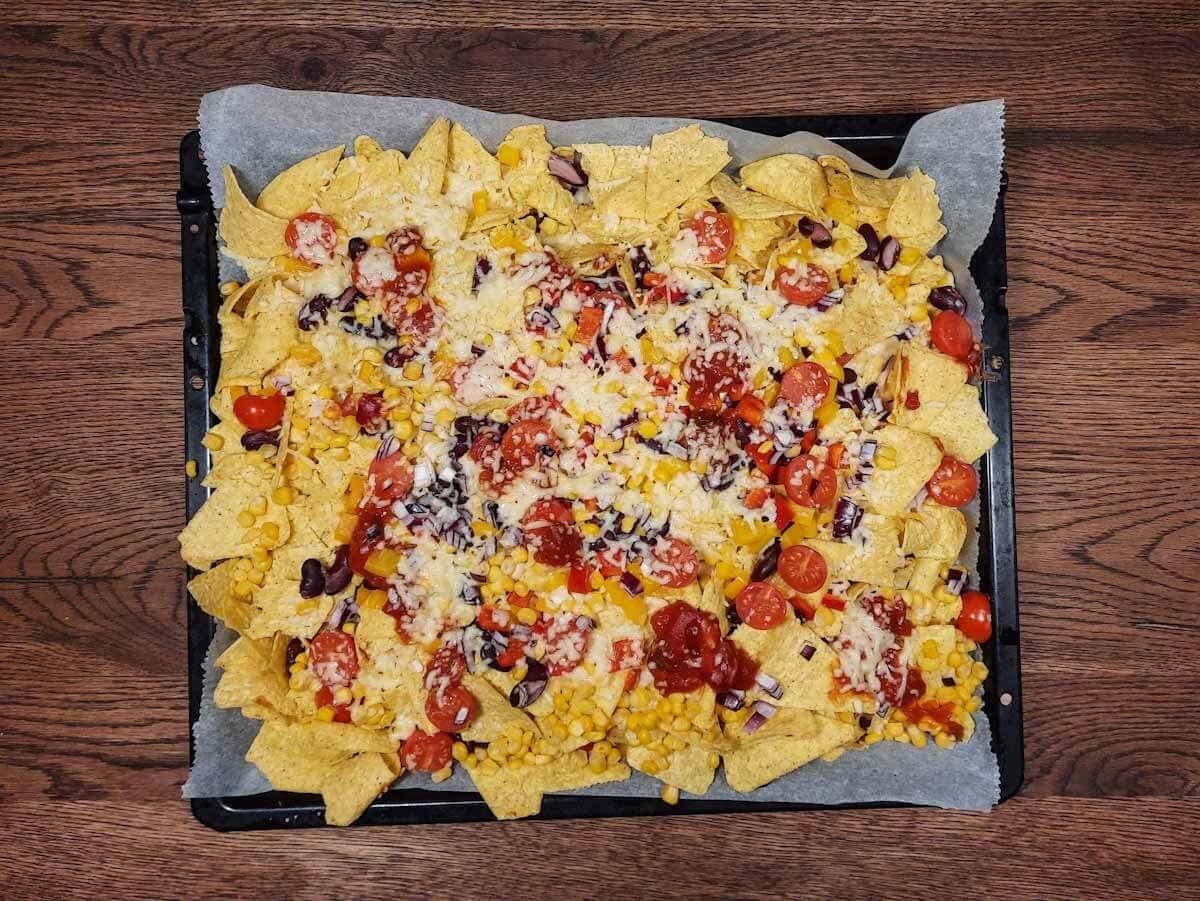Nachos Rezept: Mit Käse überbackene Nachos selber machen