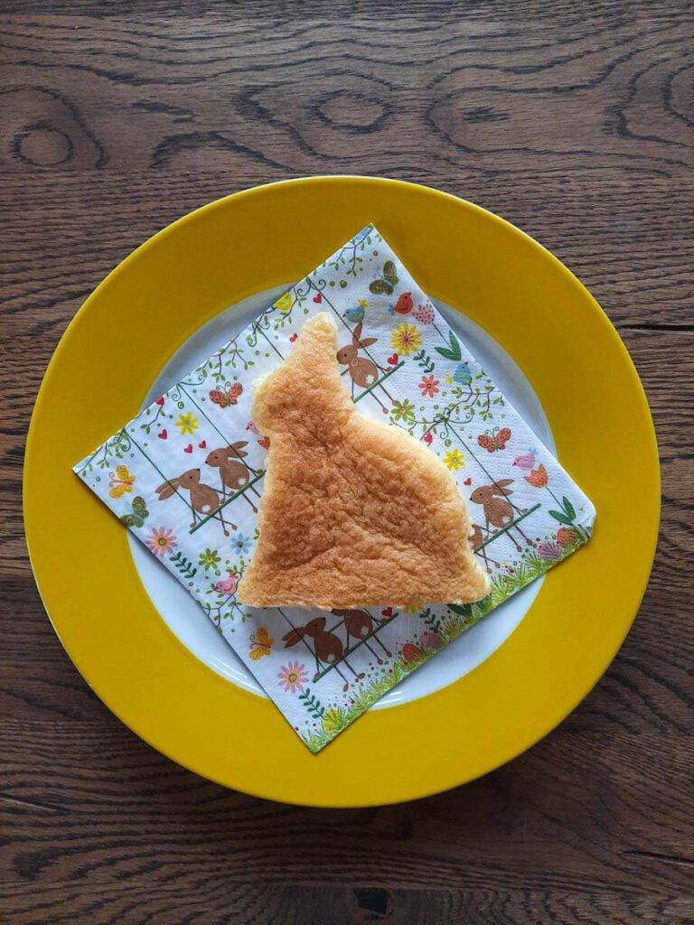 Osterhasen backen: Rezept mit Biskuitteig