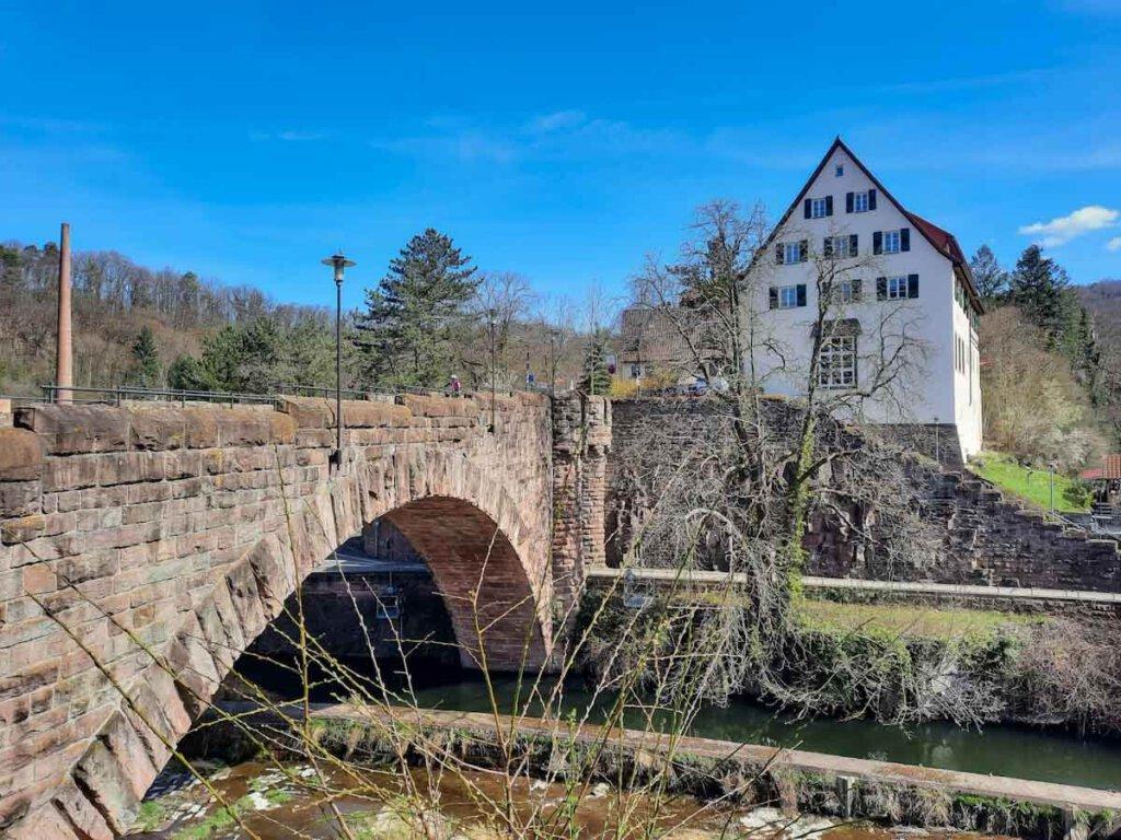 Auf dem Drei Burgen Weg in Pforzheim wandern wir über die historische Bogenbrücke mit Flößerhaus Goldener Anker