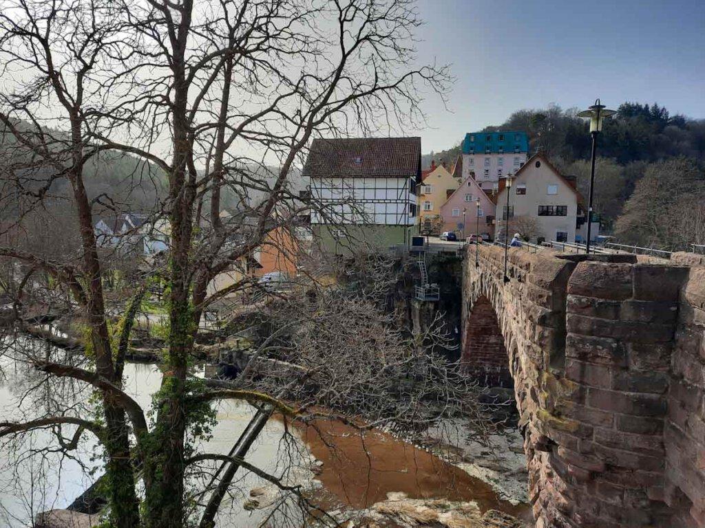 Blick auf die Bogenbrücke und den Ortskern von Weißenstein mit Burg Rabeneck