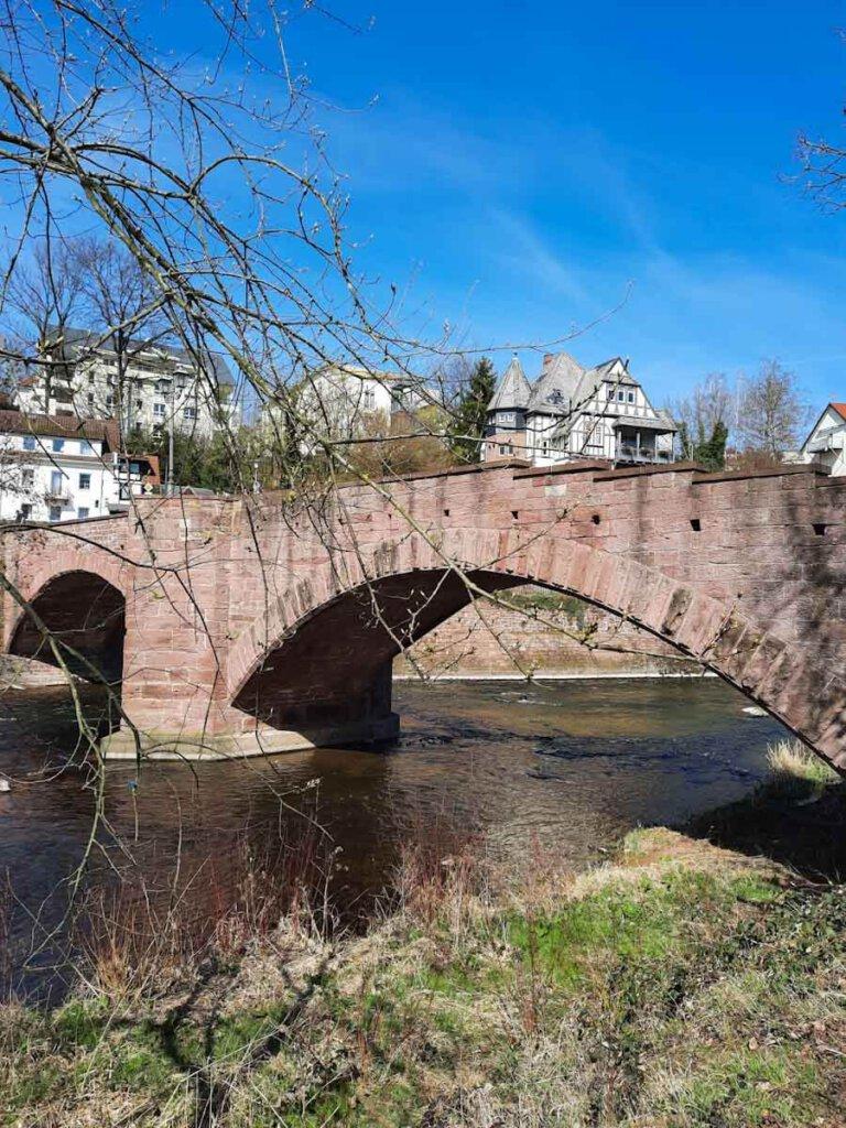 Der Drei Burgen Weg in Pforzheim quert die historische Steinerne Brücke in Dillstein