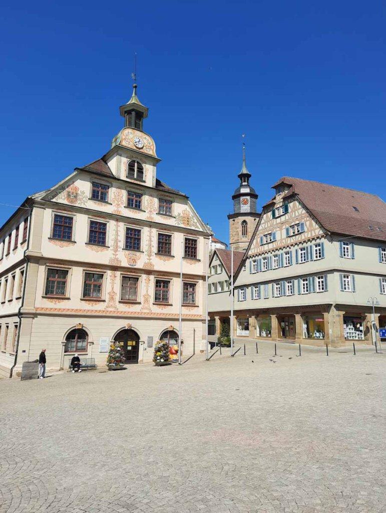 Der Vaihinger Markplatz mit historischem Rathaus und Stadtkirche