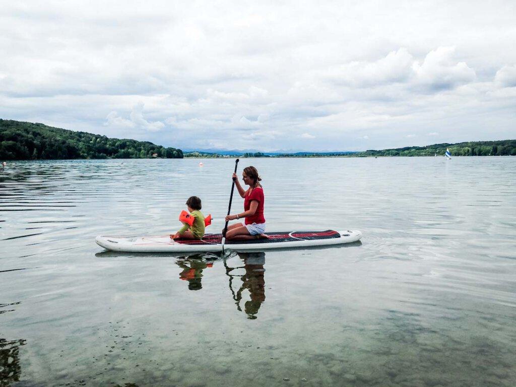 Stand Up Paddling mit Kind auf dem Pilsensee in Bayern