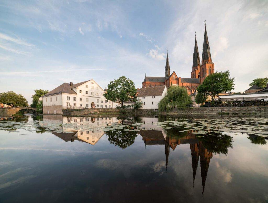 Blick über den Fluss Fyrisån mit dem kleinen Mühlenfall zum Dom