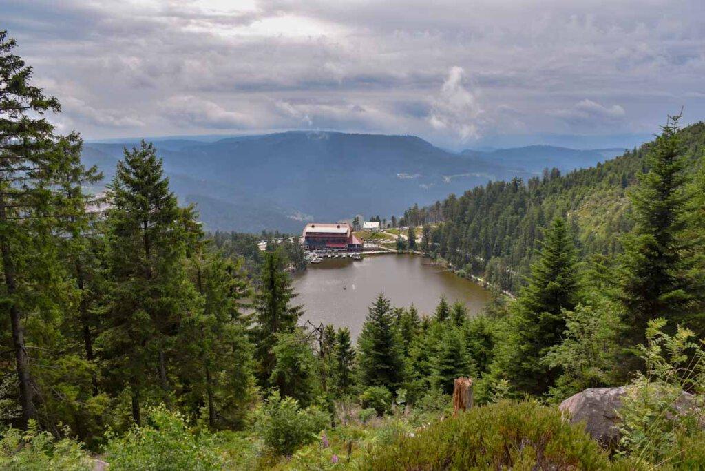 Eine der beliebtesten Schwarzwald Wanderungen führt vom Mummelsee zur Hornisgrinde