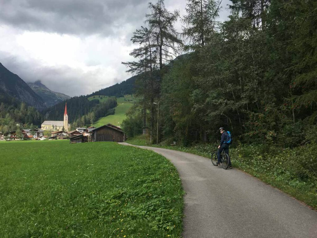 Auf dem Lechtal Radweg kurz vor Holzgau im Lechtal, Tirol