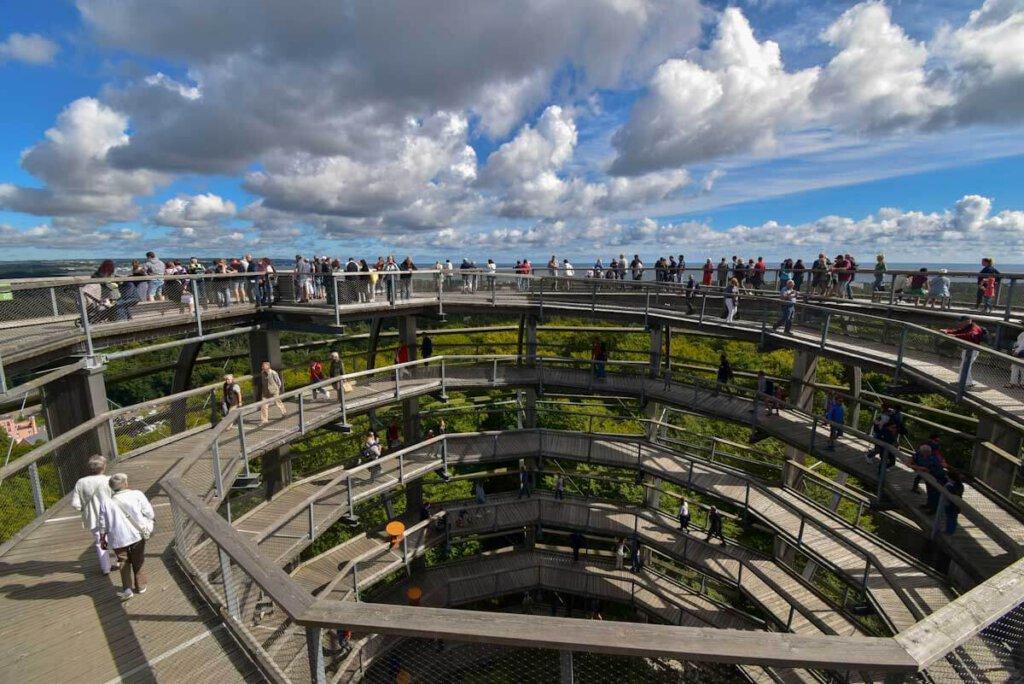 Grandiose Ausblicke oben auf dem Adlerhorst des Baumwipfelpfad Rügens