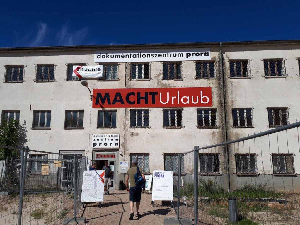 Das Dokumentationszentrum Prora im nicht renovierten KdF Seebad Rügen