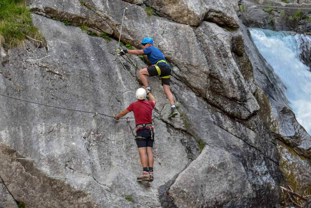 Der Erlebnisklettersteig Simswasserfall in Holzgau im Tiroler Lechtal, Österreich