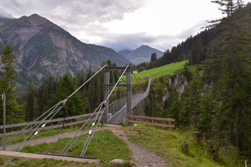 Die spektakuläre Hängebrücke Holzgau ist die längste und höchste kostenlos zugängliche Fußgängerhängebrücke Österreichs.