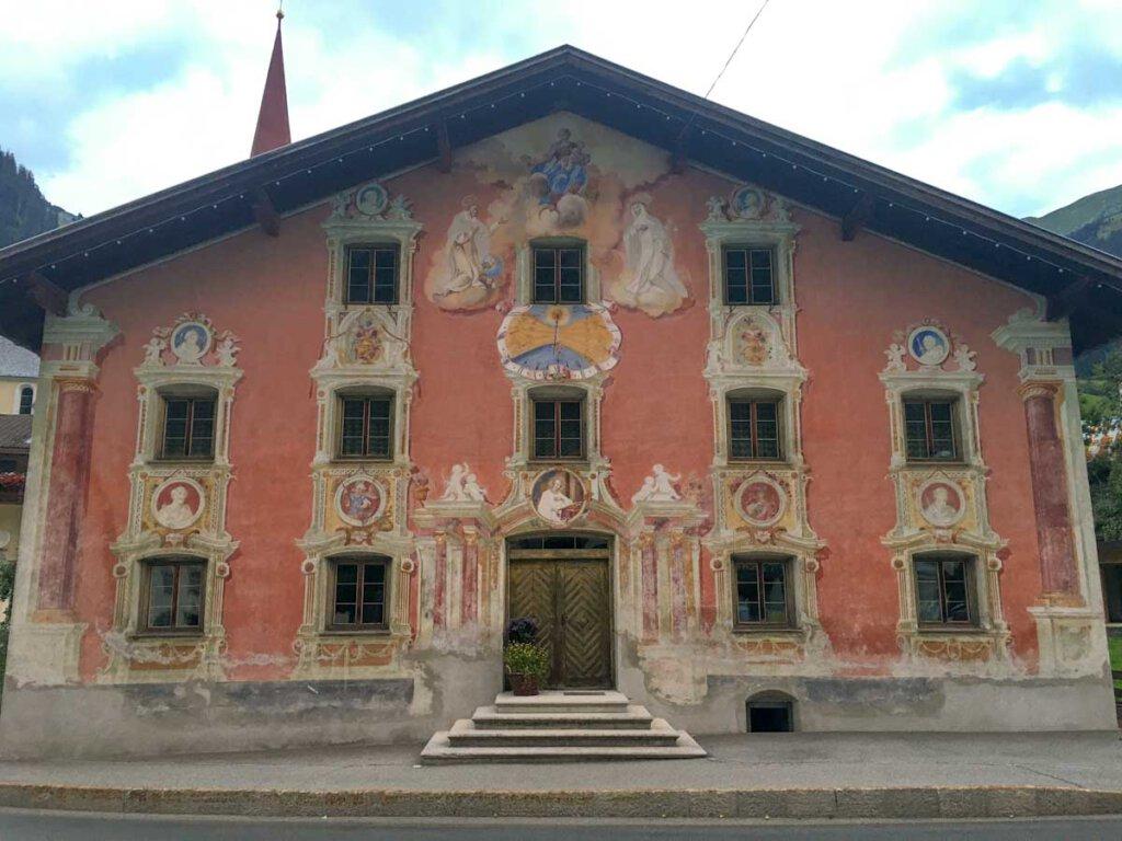 Prachtvoll bemalte uralte Häuser in Holzgau im Lechtal