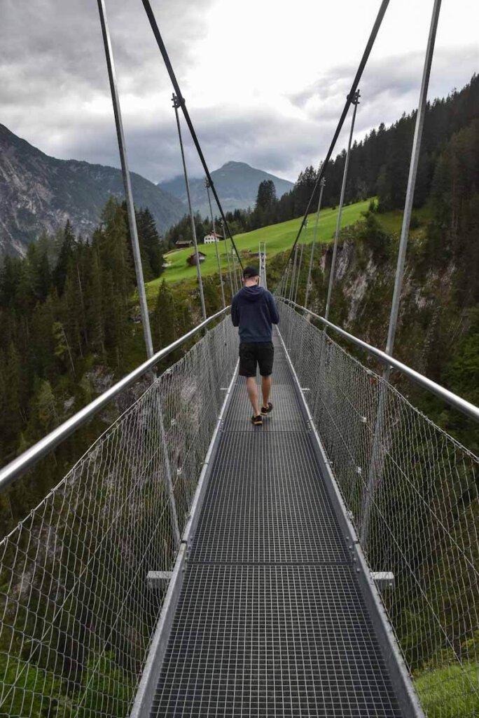 Wackelige Angelegenheit: Die Hängeseilbrücke Holzgau