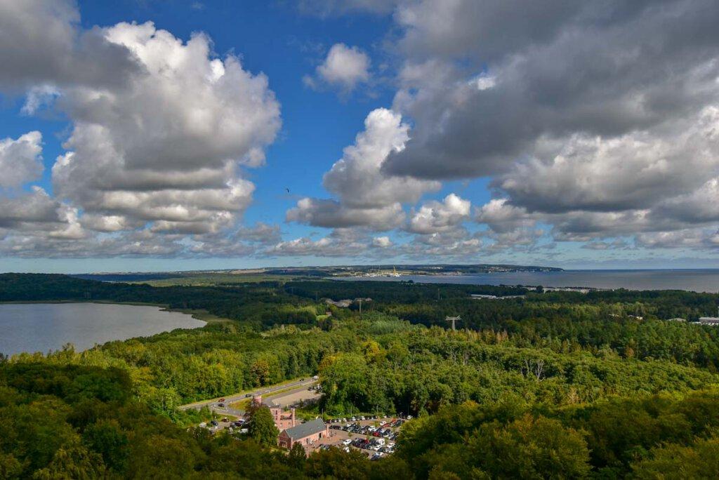 Ausblick vom Baumwipfelpfad Rügen über Prora mit Ostsee, Kleinem Jasmunder Bodden, dem KdF Seebad und dem Hafen Neu-Mukran