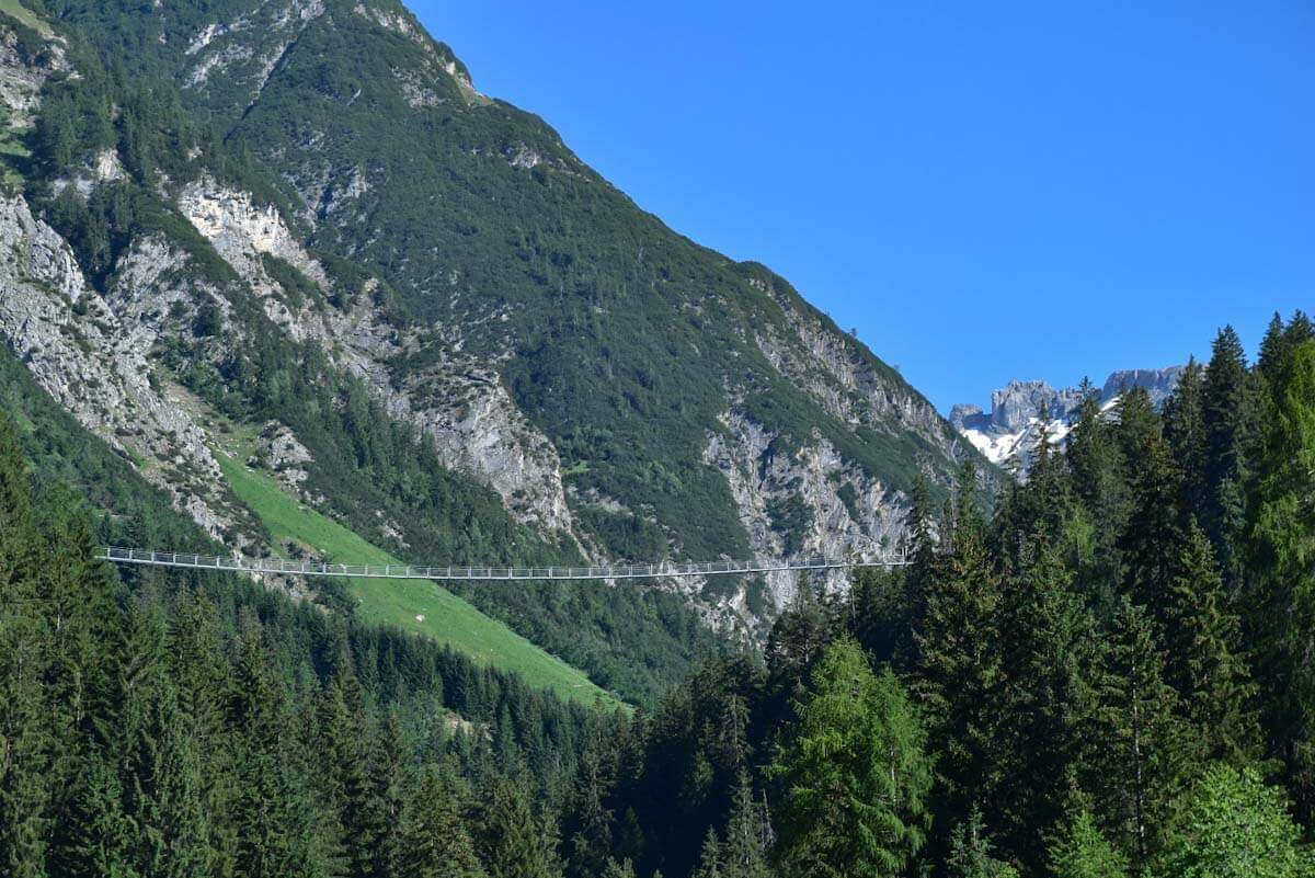 Atemberaubend hoch und lang: Die Hängebrücke Holzgau