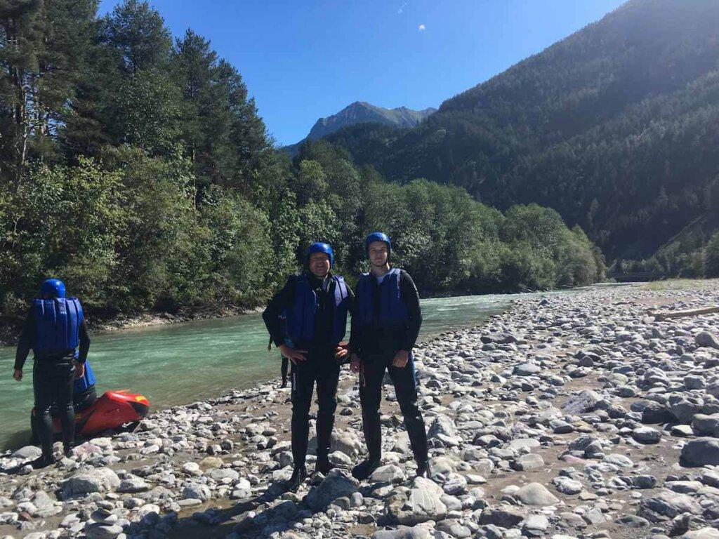 Vater und Sohn beim Wildwasser-Rafting auf dem Lech in Österreich