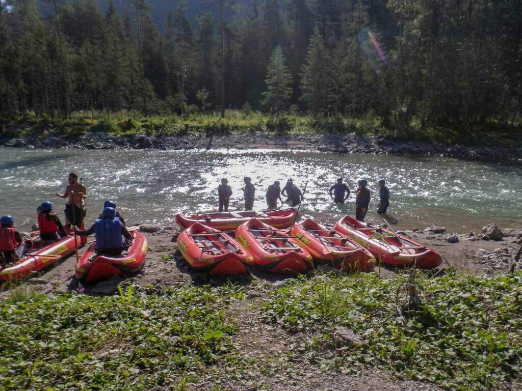 Einweisung unseres Guides vor der Raftingtour auf dem Lech