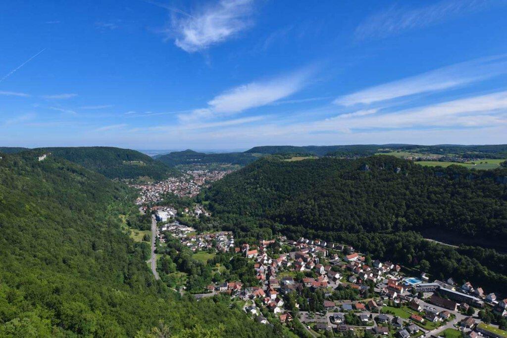 Ausblick vom Lichtenstein auf das Echaztal, links der Gießstein, rechts die Traifelbergfelsen