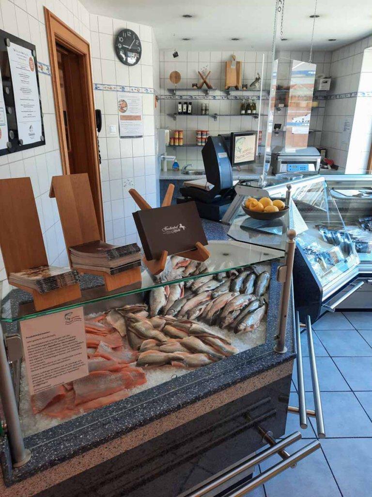 Fangfrischer Fisch aus der eigenen Zucht im Forellenverkauf des Rössle Honau