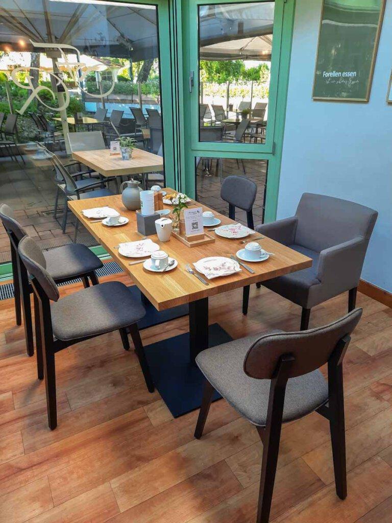 Frühstück im Wintergarten des Hotels Forellenhof Rössle in Honau