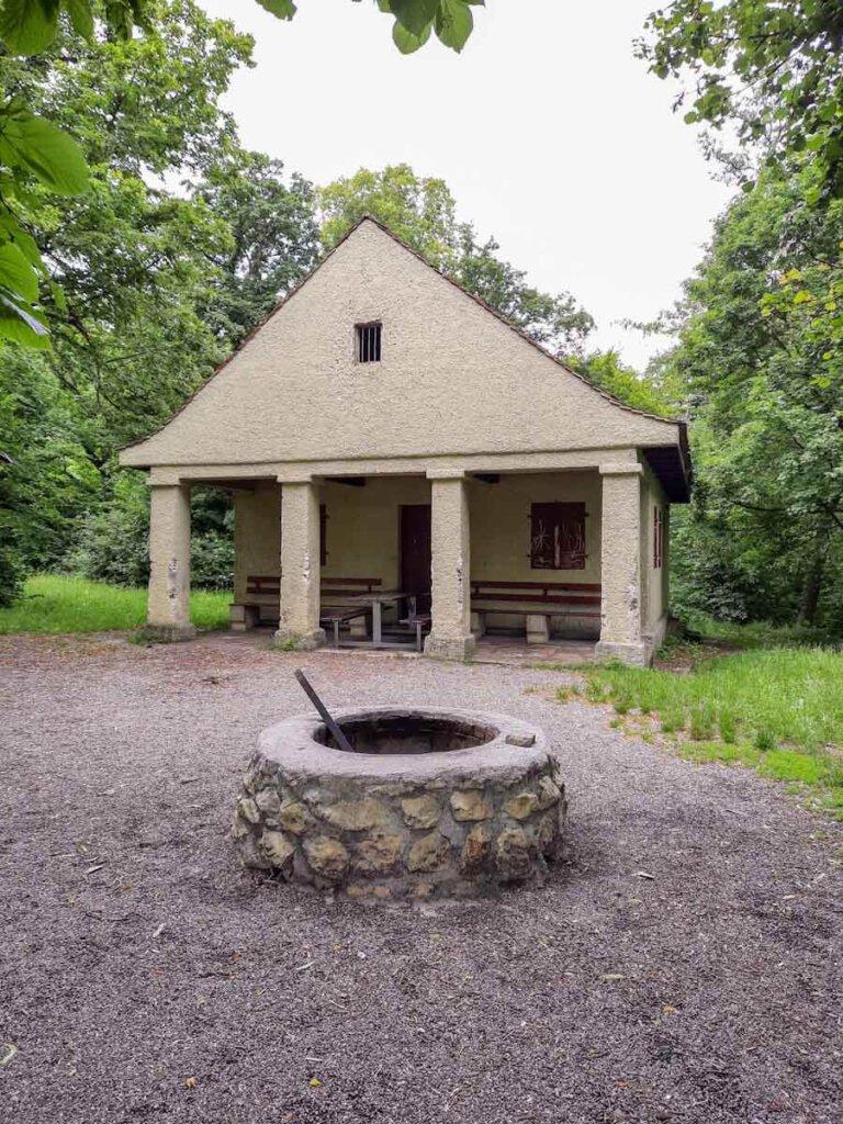 Grillstelle mit Schutzhütte auf der Pfullinger Wanne