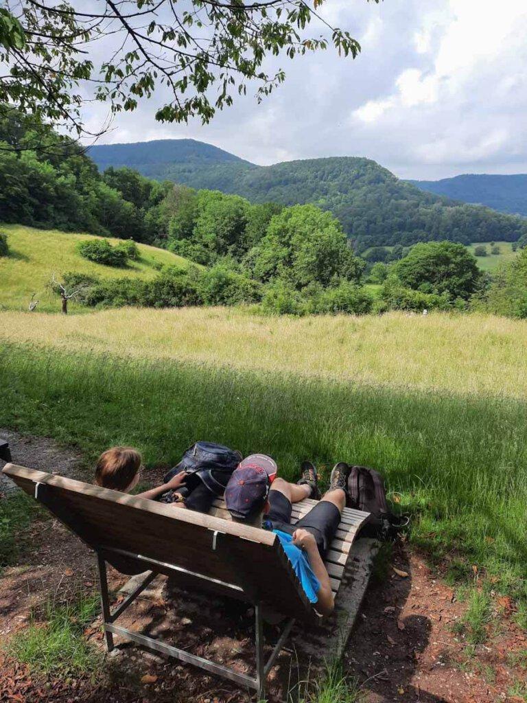Erste Pause mit Blick auf die Berge der Schwäbischen Alb
