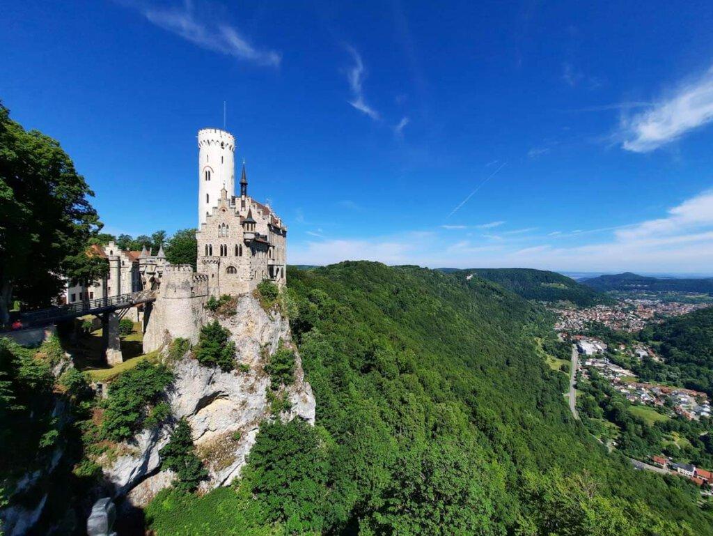 Panoramablick über Schloss Lichtenstein und das Echaztal