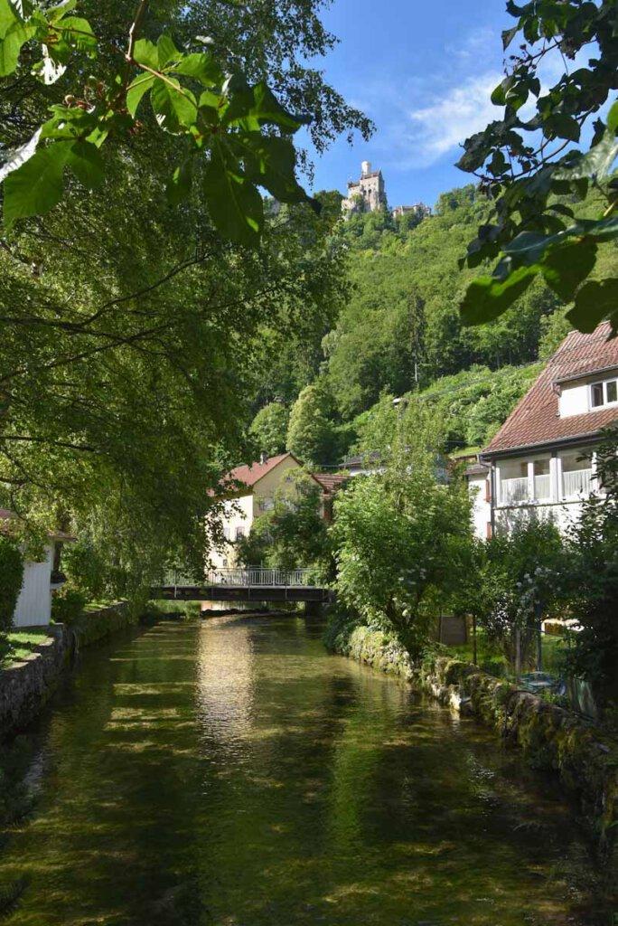 Ausblick auf Schloss Lichtenstein hoch über dem Forellenhof