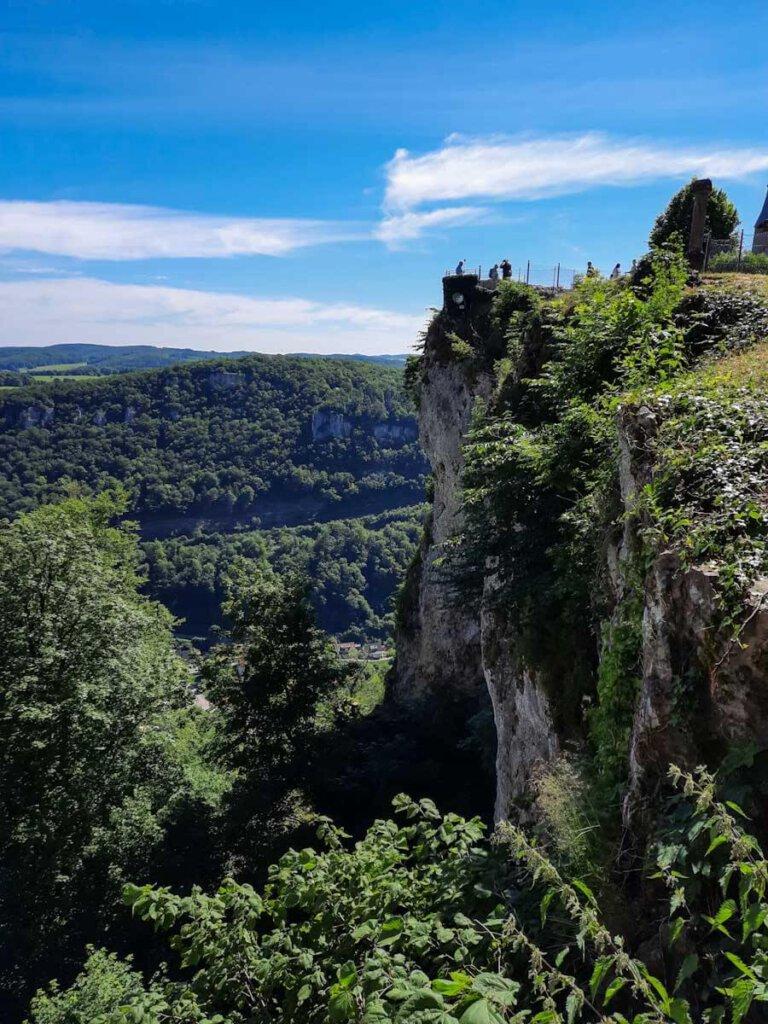 Der Schlosshof des Lichtenstein direkt am Steilabfall der Schwäbischen Alb
