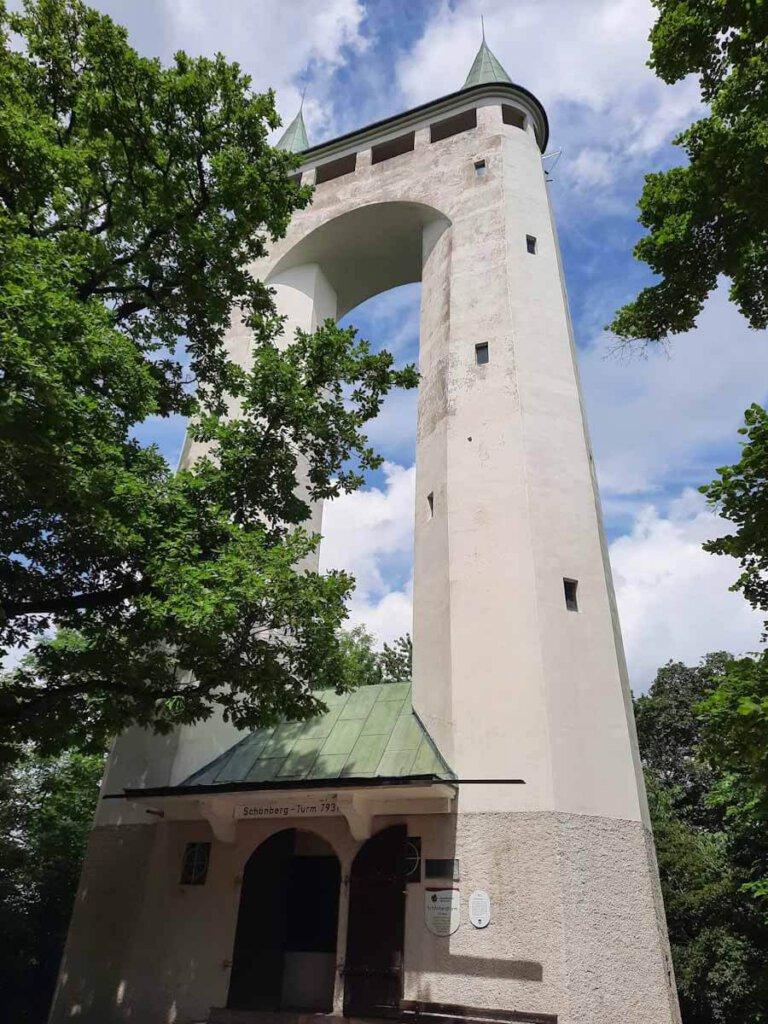 Namensgeber des Premiumwegs hochgehtürmt: Der Schönbergturm