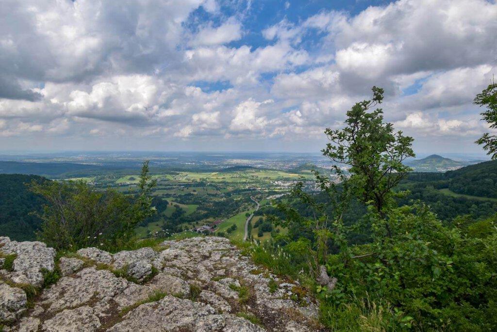 Blick vom Wackerstein ins Albvorland, rechts die Achalm