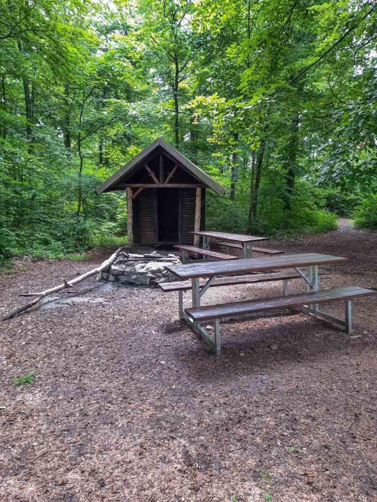 Grillstelle mit Schutzhütte kurz vor dem Gipfel des Wackersteins