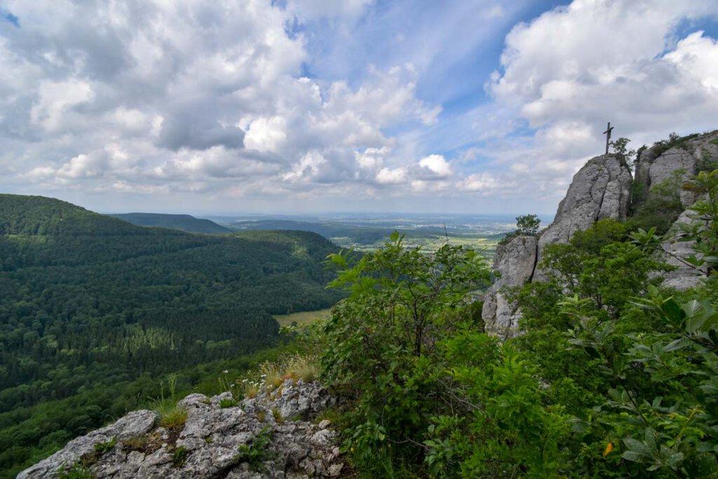 Einer der markantesten Berge der Schwäbischen Alb: Der Wackerstein mit Gipfelkreuz